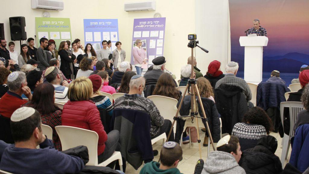 Tzachi Krigman évoque sa fille Shlomit une année après sa mort lors d'un attentat terroriste au sein de l'implantation Beit Horon, à proximité de Jérusalem. Photo prise le 12 février 2017 (Crédit : Judah Ari Gross/Times of Israel)