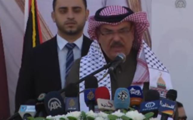 Mohammad al-Amadi, envoyé du Qatar dans la bande de Gaza, lors de l'inauguration du nouveau quartier de Hamad, dans l'enclave palestinienne, le 16 janvier 2017. (Crédit : capture d'écran/YouTube)