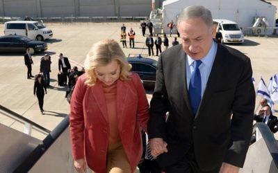 Le Premier ministre Benjamin Netanyahu et son épouse Sara embarquent vers Singapour et l'Australie, le 19 février 2017. (Crédit : Chaim Zach/GPO)