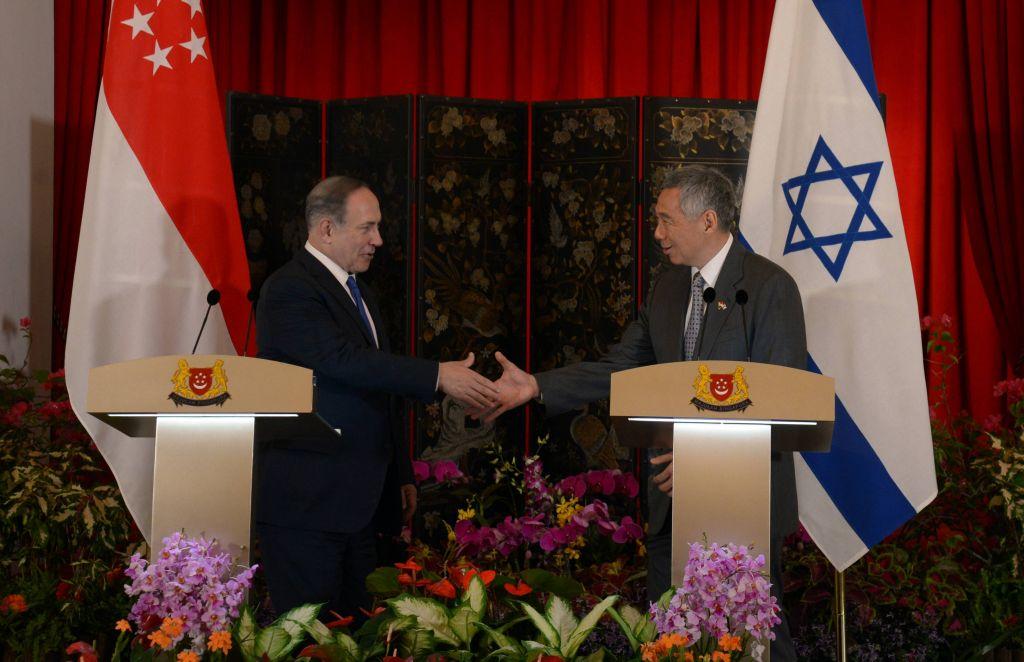 Le Premier ministre Benjamin Netanyahu, à gauche, et le Premier ministre de Singapour Lee Hsien Loong, à Singapour, le 20 février 2017. (Crédit : Haim Zach/GPO)