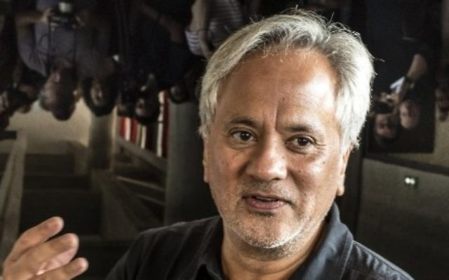 Anish Kapoor, sculpteur britannico-indien, en septembre 2015. (Crédit : Jean-Philippe Ksiazek/AFP)