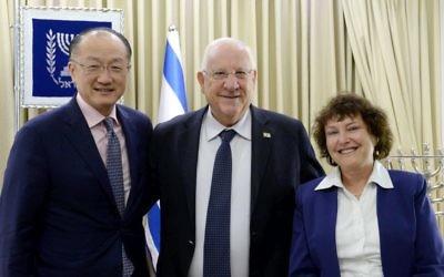 Le président israélien Reuven Rivlin (au centre), le président du groupe banque mondial, Jim Yong Kim, (à gauche) et la gouverneure de la banque d'Israël, Karnit Flug, (à droite), à la résidence du président à Jérusalem, le 16 février 2017 (Crédit : Mark Neiman/GPO)