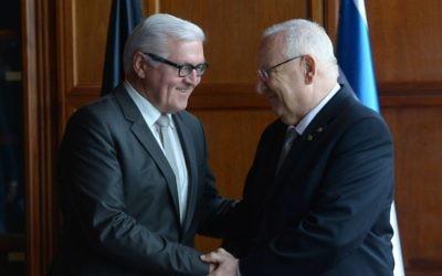Le président israélien Reuven Rivlin avec Frank Walter Steinmeier, président élu en Allemagne, ancien ministre des Affaires étrangères. (Crédit : Amos Ben-Gershom/GPO)