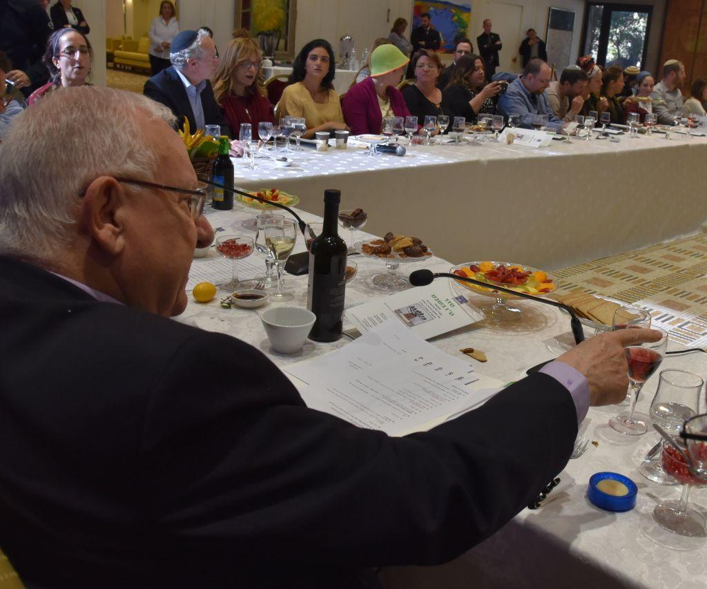 Le président Reuven Rivlin lors d'une fête à l'occasion de Tou Bichvat avec des orphelins du terrorisme, le 8 février 2017. (Crédit : Sarah Levin)