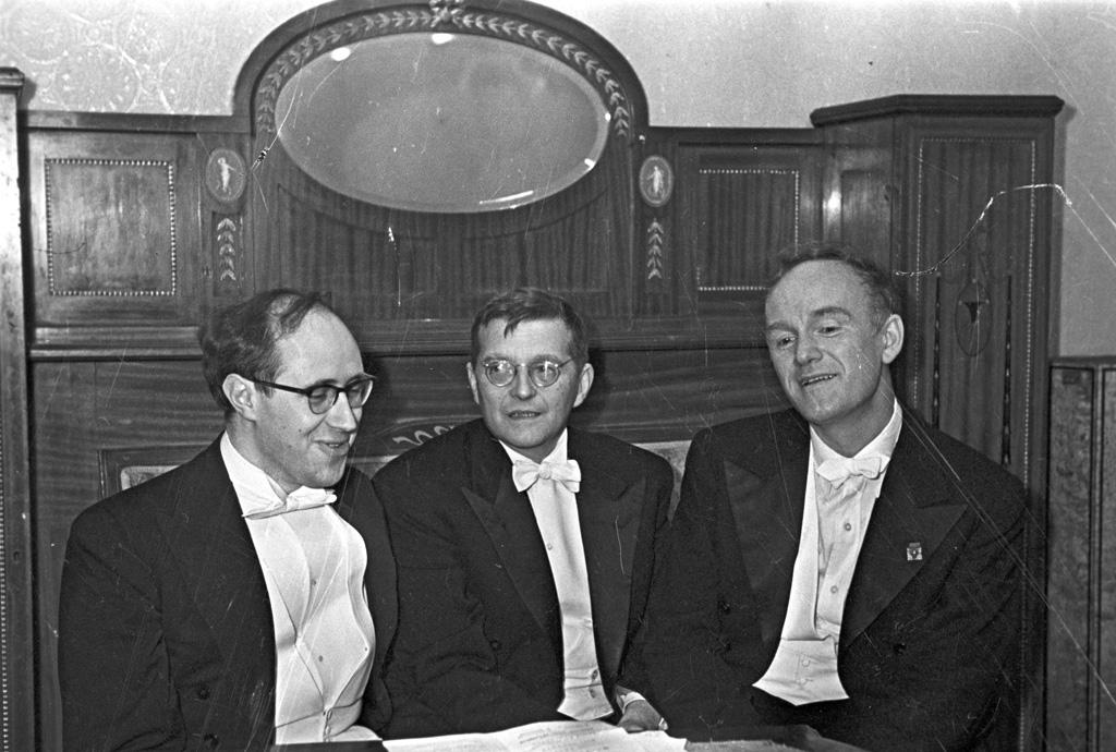 De gauche à droite : les artistes Mstislav Rostropovich, Dmitry Shostakovich et Svyatoslav Richter (Crédit : Wikimedia commons/Russian International News Agency/Mikhail Ozerskiy)