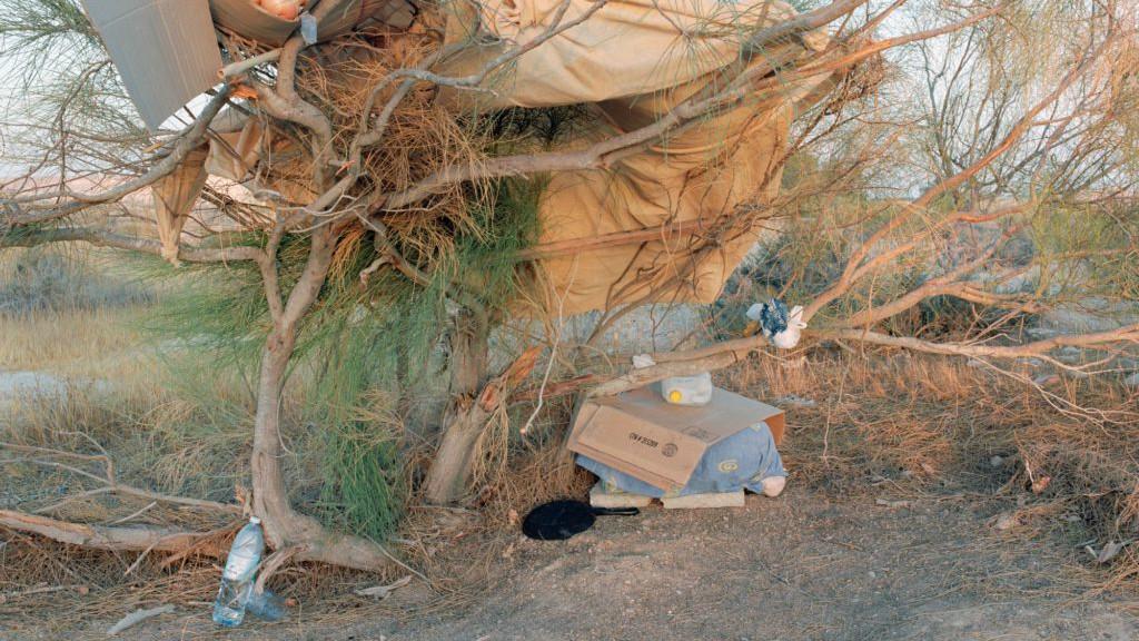 """'Cuisine, vue de devant', de Ron Amir,  photographie actuellement présentée dans l'exposition """"Purger sa peine à Holot"""" (Autorisation musée d'Israël)"""