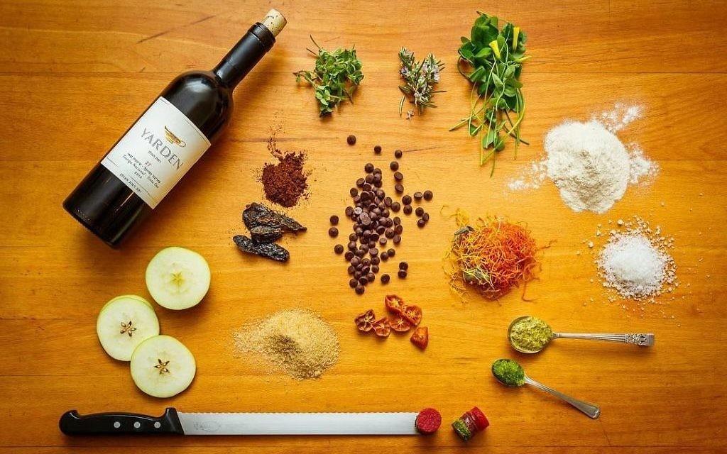 Tou Bi Chevat est marqué en dégustant des fruits en abondance et, en particulier, les sept espèces que la Torah énumère en louange de la Terre d'Israël : « un pays de blé, d'orge, de vigne, de figues et de grenades, d'olives et de miel », la vigne renvoyant bien sûr au raisin et le miel étant de dattes. (Crédit : autorisation)