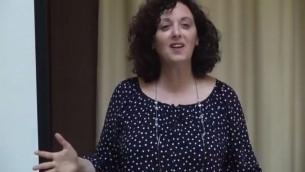Le docteur Tova Hartman faisant une conférence sur la prière de Hannah (Capture d'écran : Youtube)