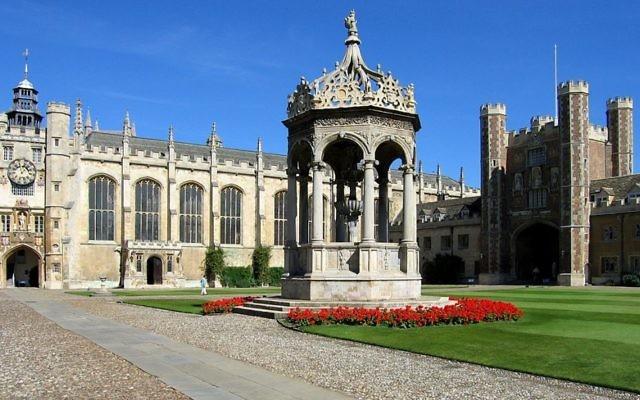 La grande cour de Trinity College à l'Université de Cambridge  (Crédit : CC BY-SA, Andrew Dunn, Wikimedia Commons)