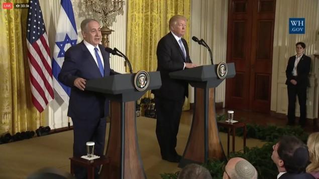 Le Premier ministre Benjamin Netanyahu, à gauche, et le président américain Donald Trump, à la Maison Blanche, le 15 février 2017. (Crédit : capture d'écran YouTube/White House)