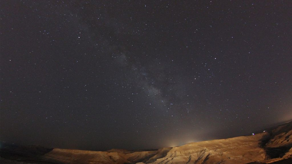 Les étoiles et la Voie Lactée dans le désert du Néguev, le 8 juillet 2015 (Crédit : Matthew Hechter / Flash90)