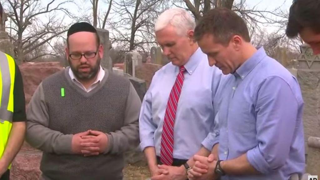 Le vice-président Mike Pence dans un cimetière juif à Saint-Louis à la suite de la profanation du cimetière, en février 2017. (Crédit : capture d'écran YouTube)