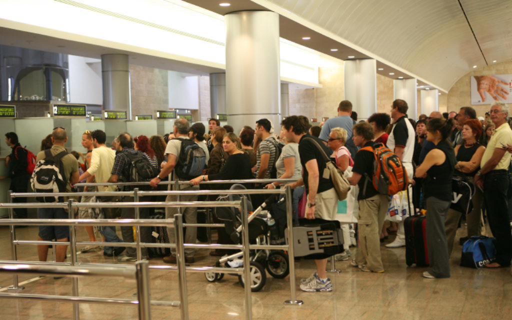 Contrôle des passeports à l'aéroport international Ben Gurion en Israël, le 21 septembre 2008. Illustration. (Crédit : Yossi Zamir/Flash90)