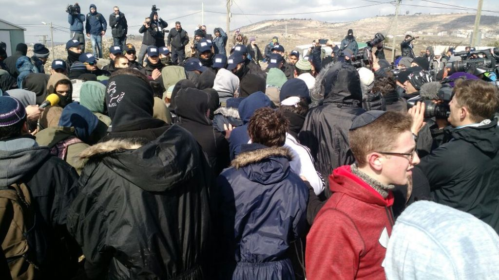Les forces de sécurité israéliennes affrontent les manifestants à l'avant-poste d'Amona, en Cisjordanie, le 1er février 2017. (Crédit : Judah Ari Gross/Times of Israël)