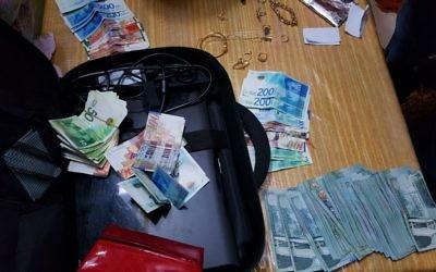 L'argent donné par le Hamas aux familles de terroristes à Jérusalem et qui a été saisi lors d'une opération de la police le 7 février 2017 (Crédit : service de communication de la police israélienne)