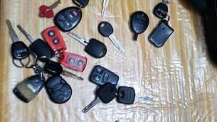 Les clés de véhicules donnés aux famille de terroristes à Jérusalem et saisies lors d'une opération policière le 6 février 2017 (Crédit : service de communication de la police israélienne)