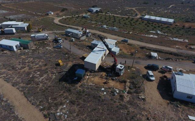Démantèlement par le ministère de la Défense de l'avant-poste illégal d'Amona, dans le centre de la Cisjordanie, le 6 février 2017. (Crédit : conseil d'Amona)
