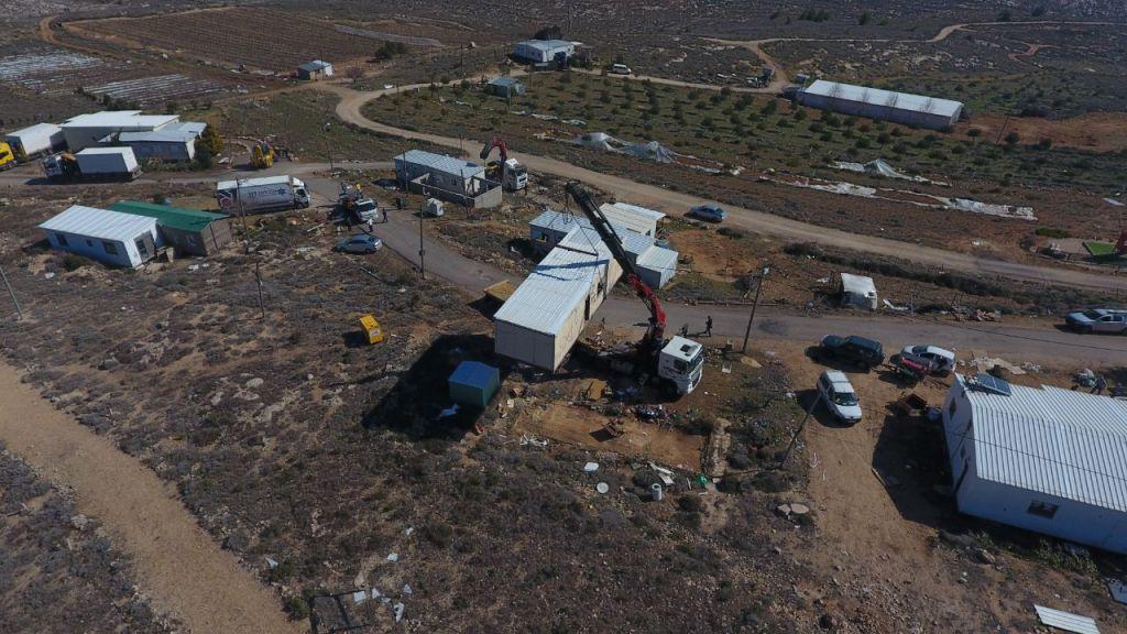 Le ministère de la Défense démantèle l'avant-poste illégal d'Amona dans le centre de la Cisjordanie, le 6 février 2017 (Autorisation/Amona council)