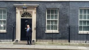 Le Premier ministre Benjamin Netanyahu devant l'entrée du 10 Downing Street, résidence officielle de son homologue britannique Theresa May, à Londres, le 6 février 2017. (Crédit : Raphael Ahren/Times of Israël)