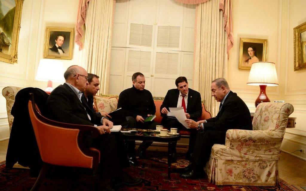 De gauche à droite : Yaakov Nagel, conseiller à la sécurité nationale, Eliezer Toledano, attaché militaire du Premier ministre, Yoav Horovitz, directeur de cabinet du Premier ministre, Ron Dermer, ambassadeur d'Israël aux Etats-Unis, et le Premier ministre Benjamin Netanyahu, à la Blair House de Washington, D.C., le 13 février 2017. (Crédit : Avi Ohayun/GPO)