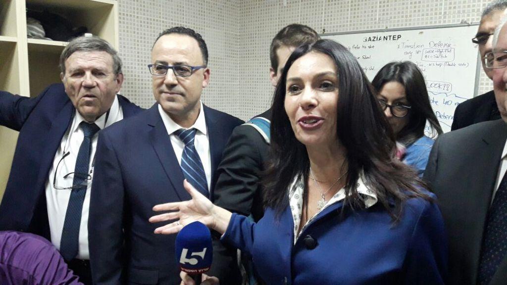 Miri Regev, au centre, s'adressant aux médias d'un vestiaire à Gaziantep, en Turquie, le 22 février 2017 (Crédit : Ministère des Sports)