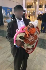 Yacub, deux ans, et son père lors de leur arrivée à l'aéroport Ben Gourion le 14 février 2017 (Autorisation)