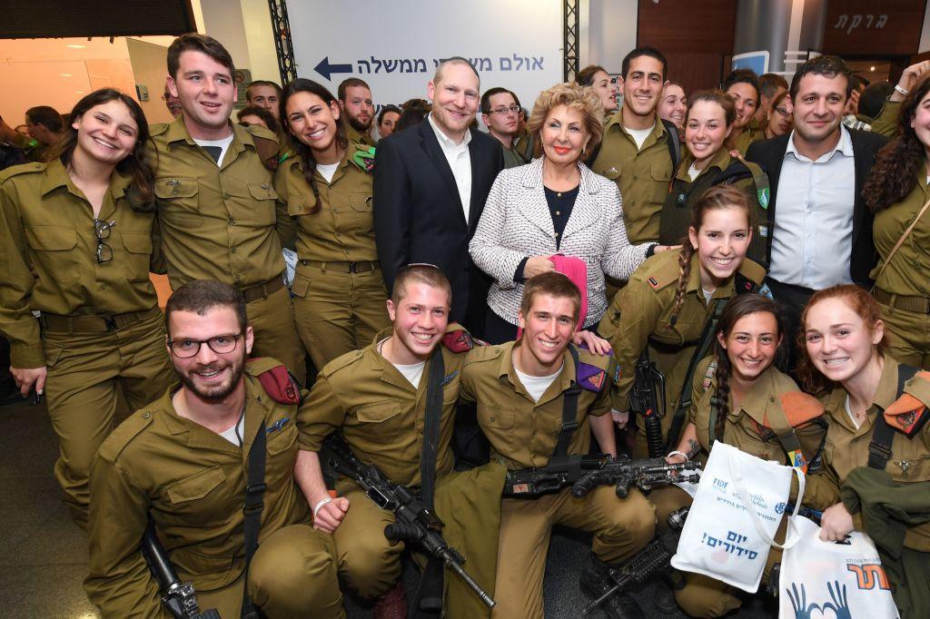 Sofa Landver, ministre de l'Intégration des immigrants, et le rabbin Yehoshua Fass, cofondateur et directeur exécutif de Nefesh B'Nefesh, entourés de soldats seuls pour Yom Sidurim, à Tel Aviv, le 16 février 2017. (crédit : Shahar Azran/Nefesh B'Nefesh)