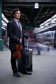 Le violoniste Yevgeny Kutik sur une photo promotionnelle (Crédit : Corey Hayes)