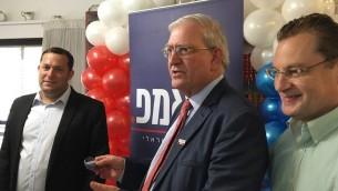 De gauche à droite, Yossi Dagan, Mark Zell et Abe Katsman pendant l'ouverture du bureau des Républicains de l'étranger à Karnei Shomron, en Cisjordanie, le 5 septembre 2016. (Crédit : Andrew Tobin)