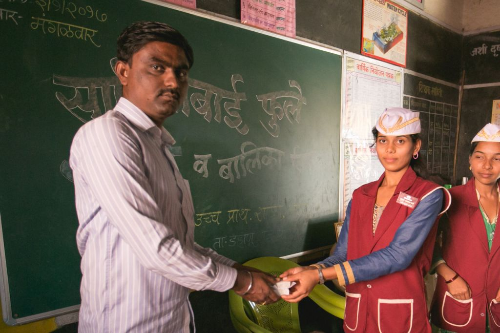 Des membres de Sundara Angels enseignent les bases d'hygiène dans une école primaire d'Ashte. (Autorisation)