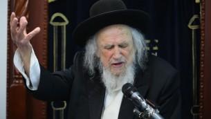 Le rabbin Shmuel Auerbach s'adresse à ses étudiants à Ramat Beit Shemesh le 2 juin 2016. (Crédit : Yaakov Lederman/Flash90)