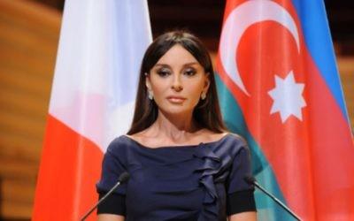 Mehriban Alieva, première dame et première vice-présidente de l'Azerbaïdjan, à Paris en 2012. (Crédit : Vugaramrullayev/CC BY-SA 3.0/WikiCommons)