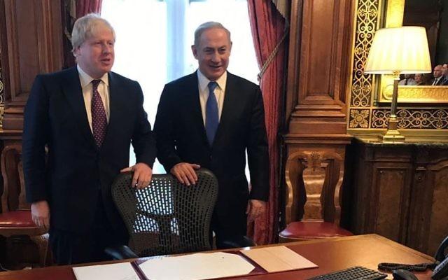 Le Premier ministre Benjamin Netanyahu et le secrétaire d'Etat britannique aux Affaires étrangères Boris Johnson dans la pièce où Lord Arthur Balfour a signé sa célèbre déclaration en 1917, le 6 février 2017. (Crédit : Facebook)