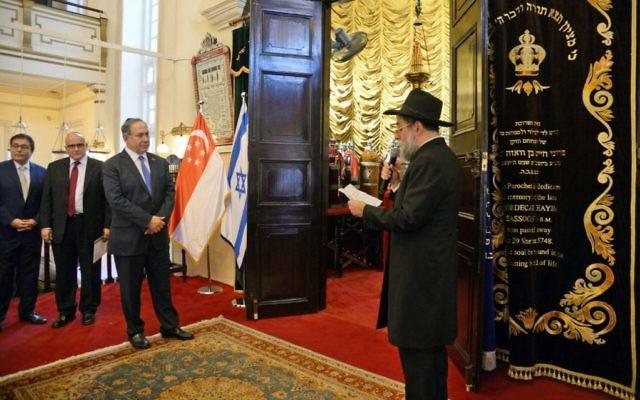 Le Premier ministre Benjamin Netanyahu, troisième à gauche, rencontre des représentants de la communauté juive de Singapour à la synagogue Magen Avot, le 20 février 2017. (Crédit : GPO)