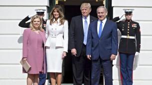 Le président américain Donald Trump, le Premier ministre Benjamin Netanyahu, et leurs épouses Melania Trump et Sara Netanyahu, à la Maison Blanche, le 15 février 2017. (Crédit : Andrew Harrer-Pool/Getty Images)