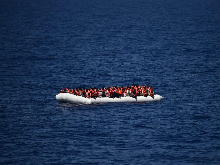 Des réfugiés sur un canot attendent d'être secourus, le 24 mais 2016. (Crédit : AFP PHOTO/Gabriel Bouys)