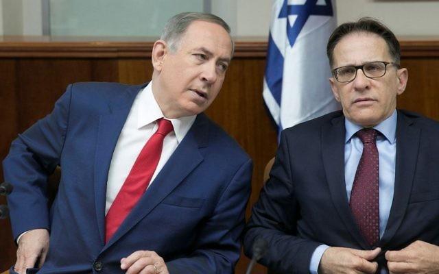 Le Premier ministre Benjamin Netanyahu et le secrétaire du Cabinet Tzachi Braverman durant une réunion hebdomadaire au bureau du Premier ministre, ele 29 janvier 2017. (Crédit : Ohad Zwigenberg/Pool)