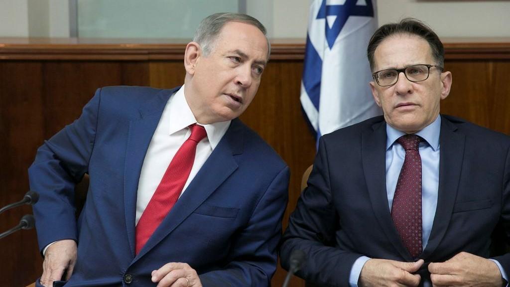 Le Premier ministre Benjamin Netanyahu et le secrétaire du Cabiner Tzachi Braverman durant une réunion hebdomadaire au bureau du Premier ministre, ele 29 janvier 2017. (Crédit : Ohad Zwigenberg/Pool)