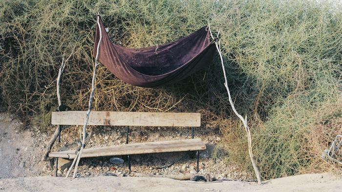 """'Le Banc d'Abderazik,' une photographie de 2014 de Ron Amir, extraite de l'exposition """"Purger sa peine à Holot"""" (Autorisation musée d'Israël)"""