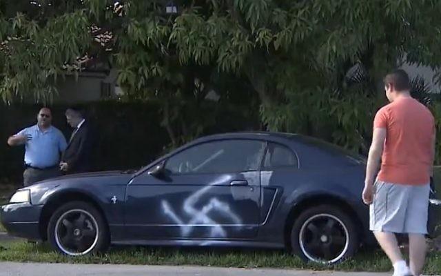 Une croix gammée tagguée sur une voiture dans un quartier majoritairement juif de Boca Raton, en Floride, le 12 février 2017. (Crédit : capture d'écran 7News Miami)