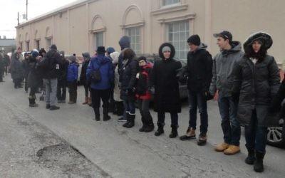 """Des juifs de Toronto forment des """"chaînes pour la paix"""" autour du Centre culturel Imdalul à Toronto, au Canda, le 3 février 201. (Crédit : Facebook/Holy Blossom Temple)"""