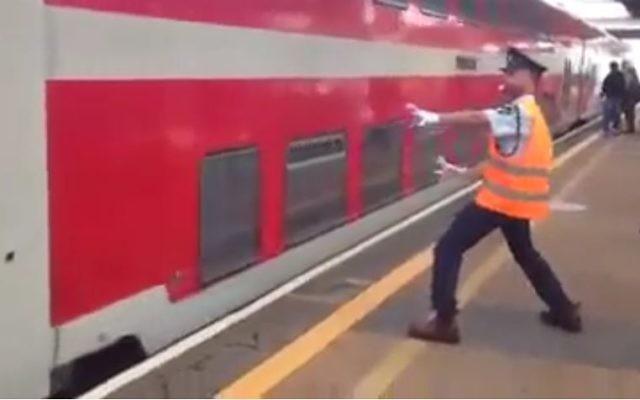 Un chef d'escale israélien a décidé d'accueillir les passagers en les mettant de bonne humeur (Crédit: capture d'écran Dailymotion)