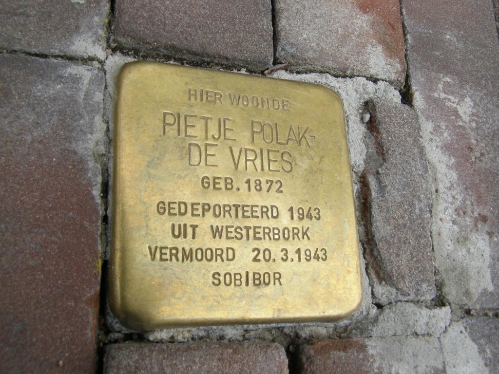 """une plaque commémorative à Harlingen dit : """"Ici a vécu Pitje Polak-de Vries, né en 1942, déporté en 1943 et assassiné le 20/3/1943"""" (Crédit : Cnaan Liphshiz/JTA)"""