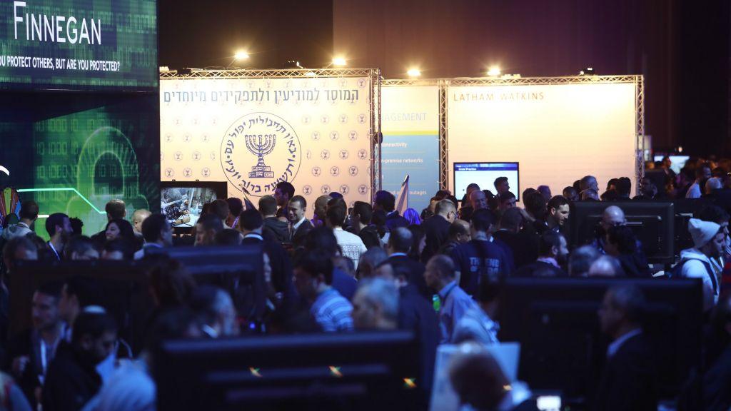 Les participants à l'exposition Cybertech 2017  à Tel Aviv, avec le stand du Mossad en arrière-plan (Autorisation : : Gilad Kavalerchik)