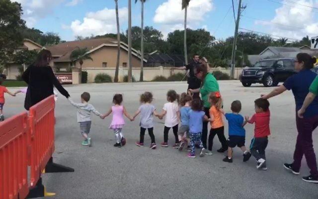 Evacuation des élèves et des employés d'une école juive pour une menace à la bombe à Davie, en Floride, le 27 février 2017. (Crédit : capture d'écran Twitter/Erica Rakow)