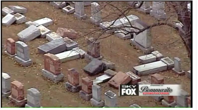Les pierres tombales vandalisées du cimetière juif Chesed Shel Emeth, près de St. Louis, le 20 février 2017. (Crédit : capture d'écran FOX2NEWS via JTA)