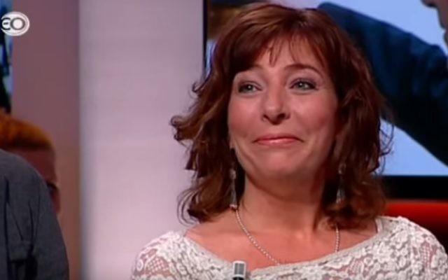 La journaliste juive néerlandaise Esther Voet, rédactrice en chef de l'hebdomadaire Nieuw Israëlietisch Weekblad (Crédit : capture d'écran/YouTube)