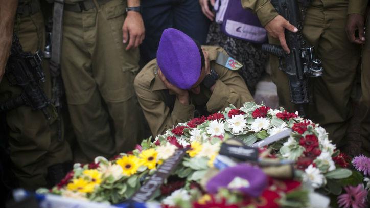 Proches et amis de Hadar Goldin pendant ses funérailles, au cimetière militaire de Kfar Saba, le 3 août 2014. (Crédit : Yonatan Sindel/Flash90)