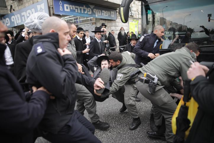 Affrontements entre forces de l'ordre et manifestants ultra-orthodoxes, qui protestent contre l'arrestation d'un déserteur, le 9 février 2017. (Crédit : Yonathan Sindel/Flash90)