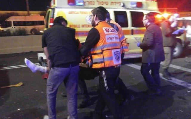 Les équipes médicales se rendent auprès d'un blessé israélien suite à un attentat à la voiture-bélier au nord d'Israël, le 2 février 2017 (Crédit :  United Hatzalah)